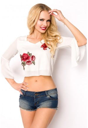 Biela letná blúzka s kvetmi a výstrihom na chrbte